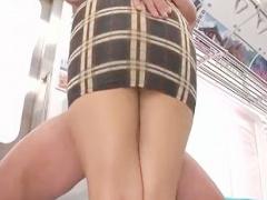 タイトミニスカート痴女が男を誘惑、ムチムチの太ももの間に肉棒を挟む腿...