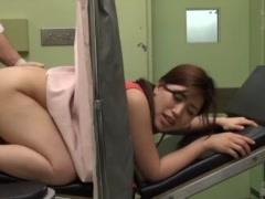 産婦人科検診で媚薬塗りこまれクリキャップされ放置中自らおっぱいを揉み...