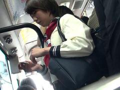 通学中のバスの中で痴漢されてしまった純真無垢な美少女JK