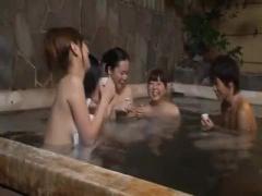 露天風呂でほろ酔いした女たち 男が現れ勃起ちんぽに我慢できず舐めちゃっ...