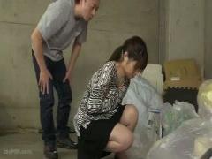 ゴミ出し中に胸チラハプニング! 襲われちゃう人妻 巨乳 美乳