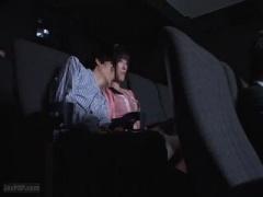 映画館で隣の大学生のメガちんぽに大興奮の美人妻がそのままねっとりフェ...