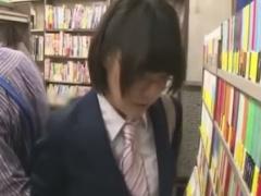 本屋で地味なメガネJKをこっそり痴漢動画