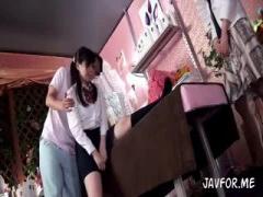ママといっしょに初めてのエステに来た女子校生がセクハラマッサージ師に...